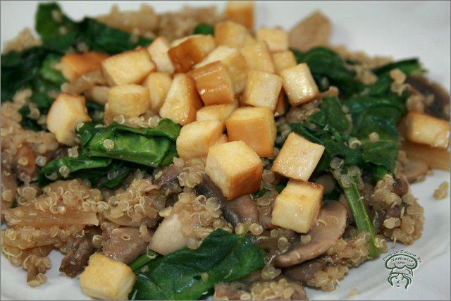Quinoa aux champignons, épinards et tofu fumé