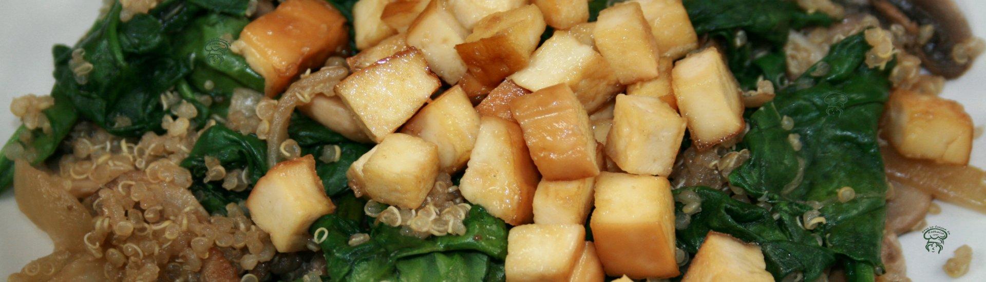 Quinoa aux champignons, épinards & tofu fumé