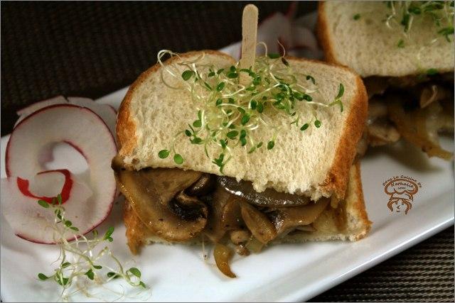 Sandwich aux oignons caramélisés et champignons