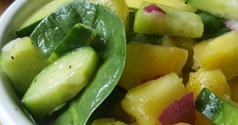 Salade de concombre, ananas et épinards